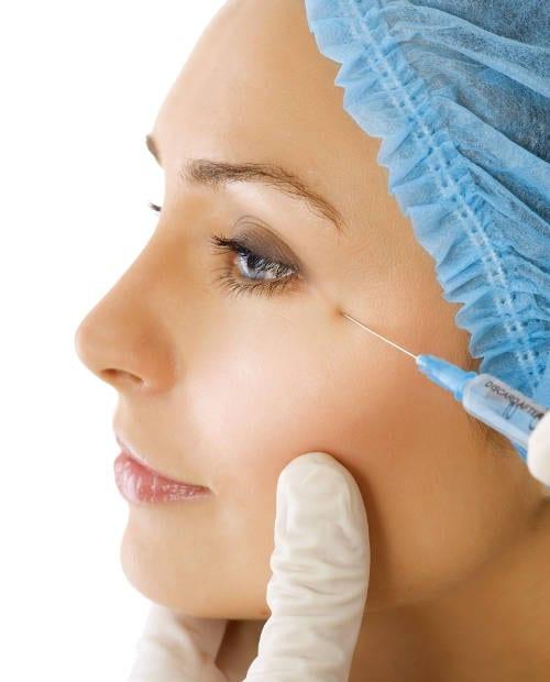 Aplicación de Toxina botulínica para suavizar las arrugas de entrecejo.